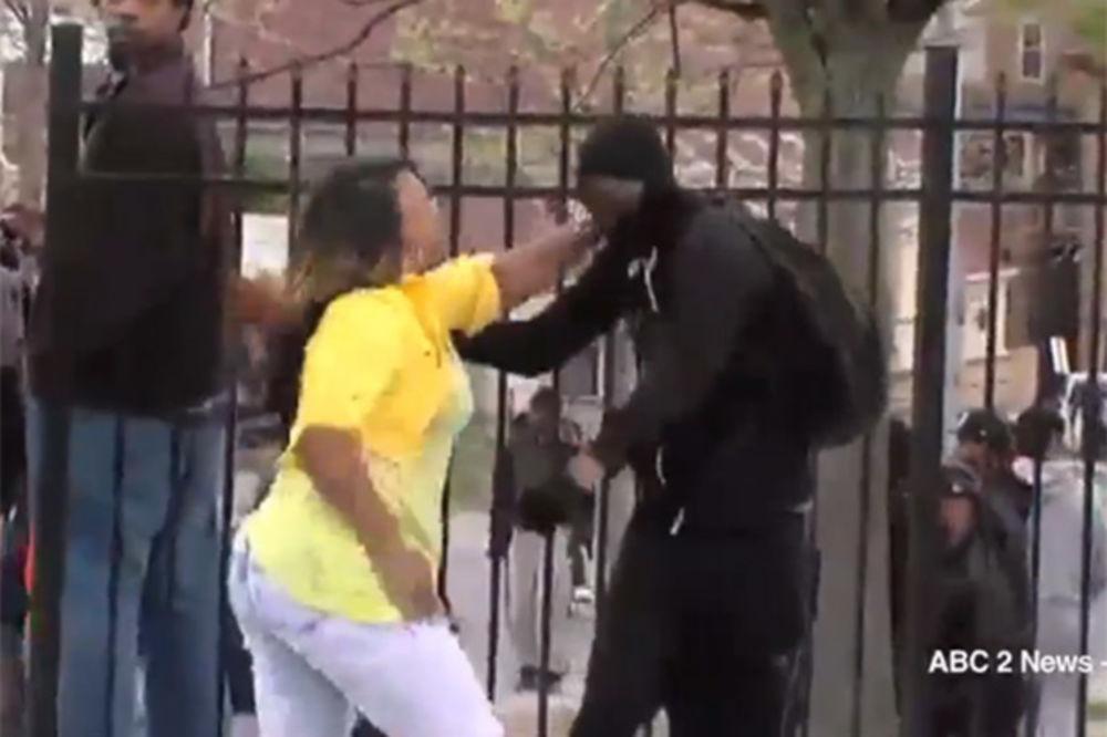 (VIDEO) TI ĆEŠ MENI DA DEMONSTRIRAŠ: Umlatila sina kao vola, pa ga za uvo odvela kući