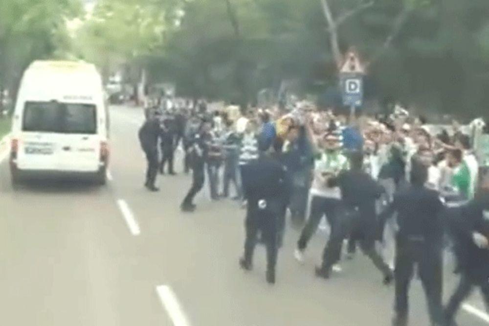 (VIDEO) IGRAČI FENERBAHČEA OPET NA UDARU: Navijači Burse napali autobus istanbulskog kluba