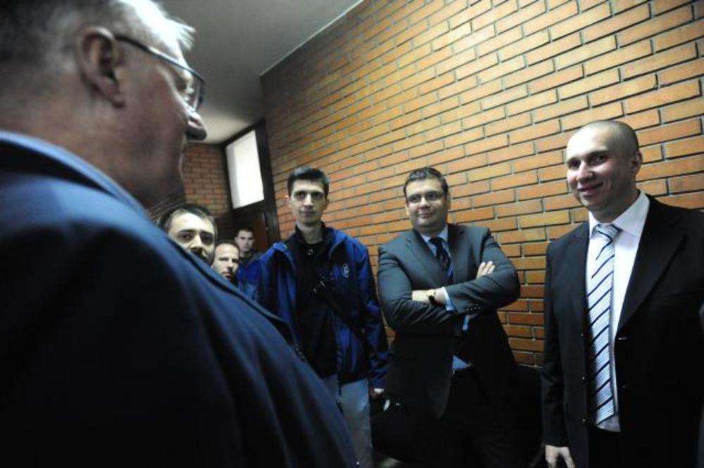 FOTO SUĐENJE IVANOVIĆU (NAŠI): Šešelj i Obradović (Obraz) izvislili za mesto u sudnici