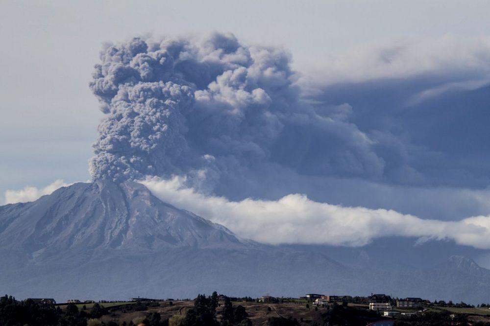 (VIDEO) CRVENA UZBUNA U ČILEU: Vulkan Kalbuko treći pot bljuje lavu i užareno kamenje!