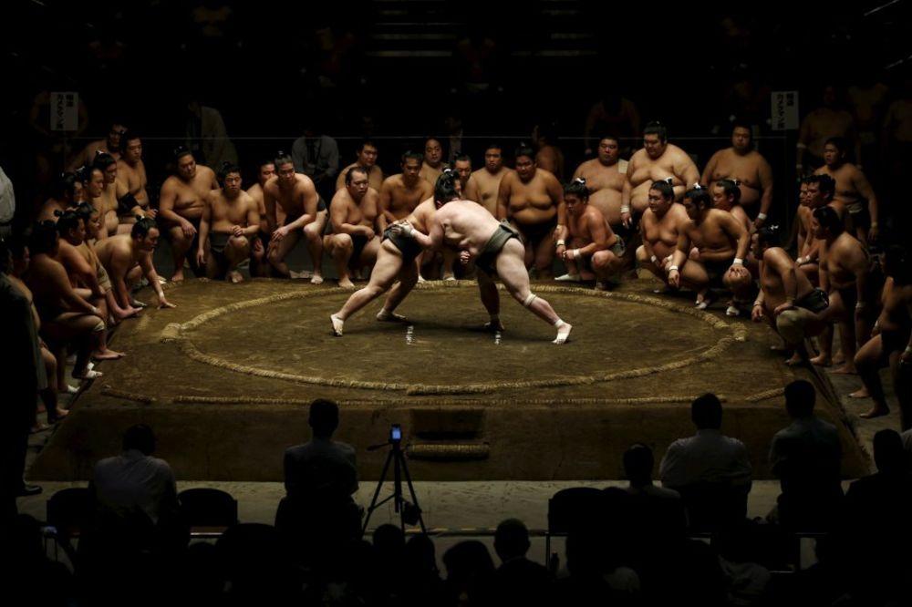 (VIDEO) DOK IH GLEDATE, IMATE MNOGO PITANJA: Ovako se postaje sumo rvač