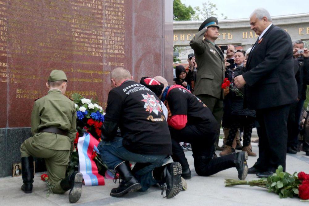 PUTINOVI NOĆNI VUKOVI STIGLI DO BEČA: Odali počast palim sovjetskim borcima!