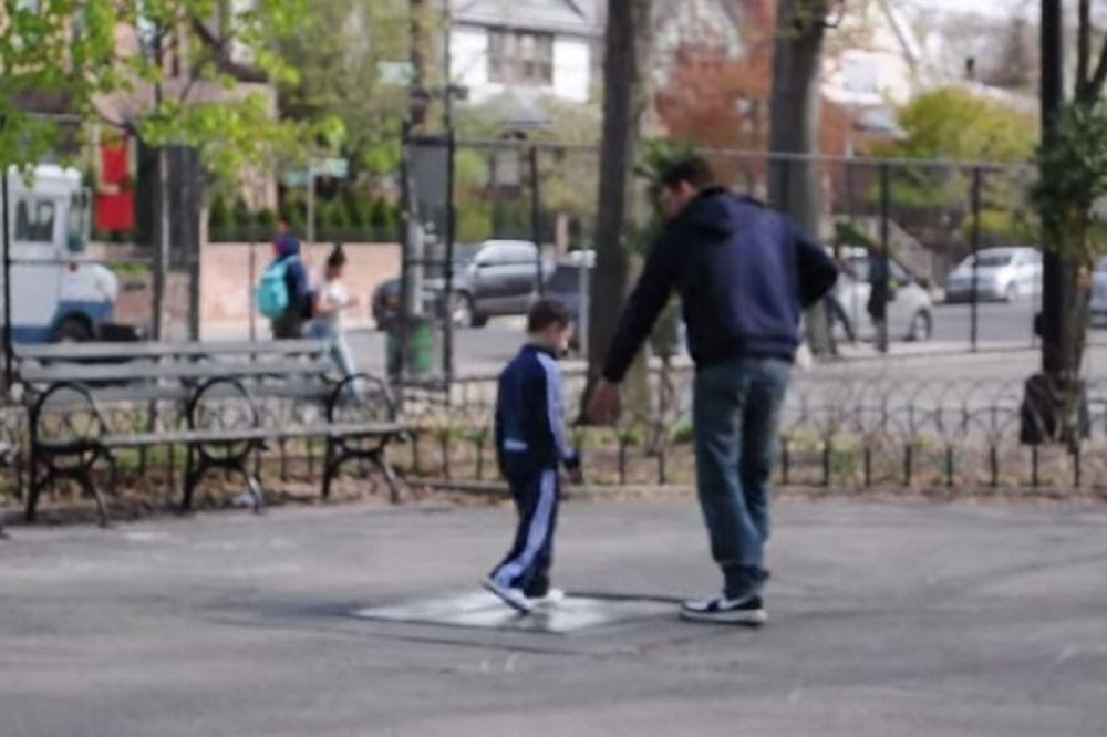 (VIDEO) MAME I TATE, OPREZ: Evo koliko je lako oteti malo dete dok je sa vama u parku