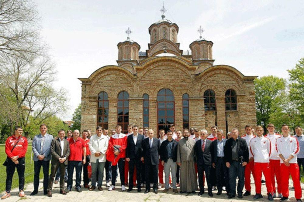 (FOTO) CRVENO-BELI U GRAČANICI: Srbi sa Kosova dočekali Zvezdu