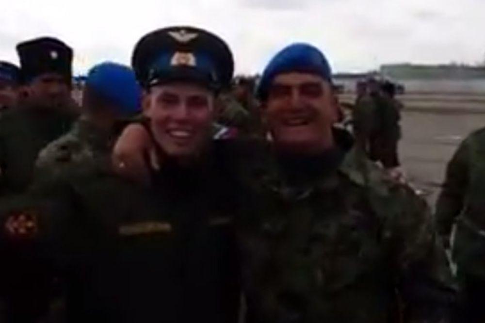 (VIDEO) CRVENO-BELA BRAĆA: Srpski i ruski vojnici pevaju Zvezdinu pesmu