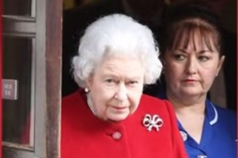 DETALJ KOJI JE PROMAKAO SVETSKIM MEDIJIMA: Ova fotografija otkriva tajnu britanske kraljice!