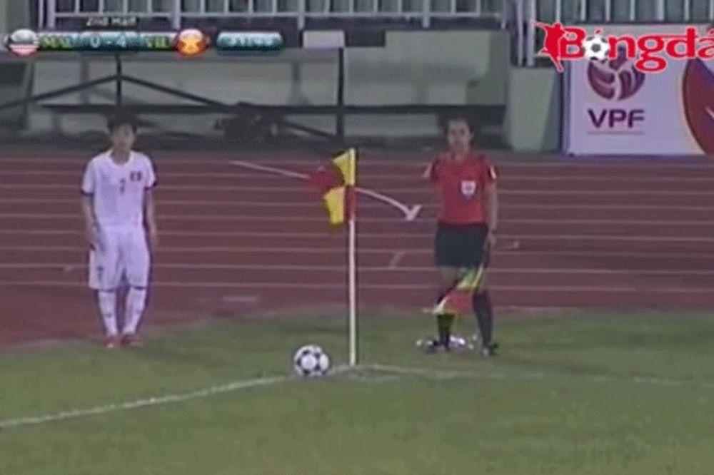 (VIDEO) MUŠKARCI, GLEDAJTE I UČITE: Fudbalerka dala dva gola iz kornera na istom meču