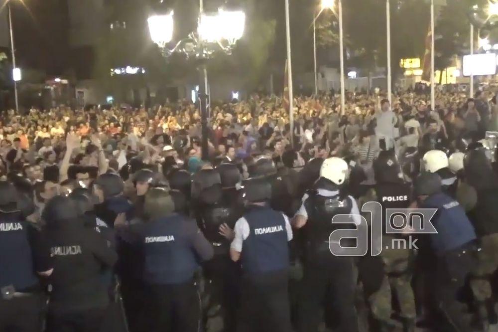 HAOS U SKOPLJU: Demonstranti uzvikuju ubice, ubice! Sprečen pokušaj upada u Vladu! (VIDEO)