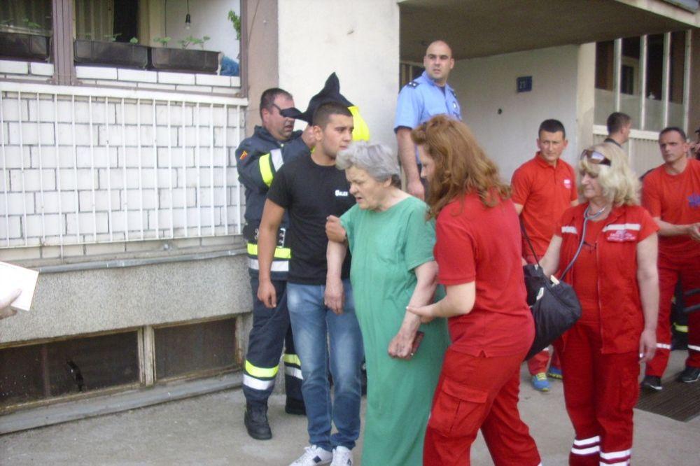 KURŠUMLIJA: Zapalio se stan u zgradi, 14 stanara, vatrogasac i beba nagutali se dima