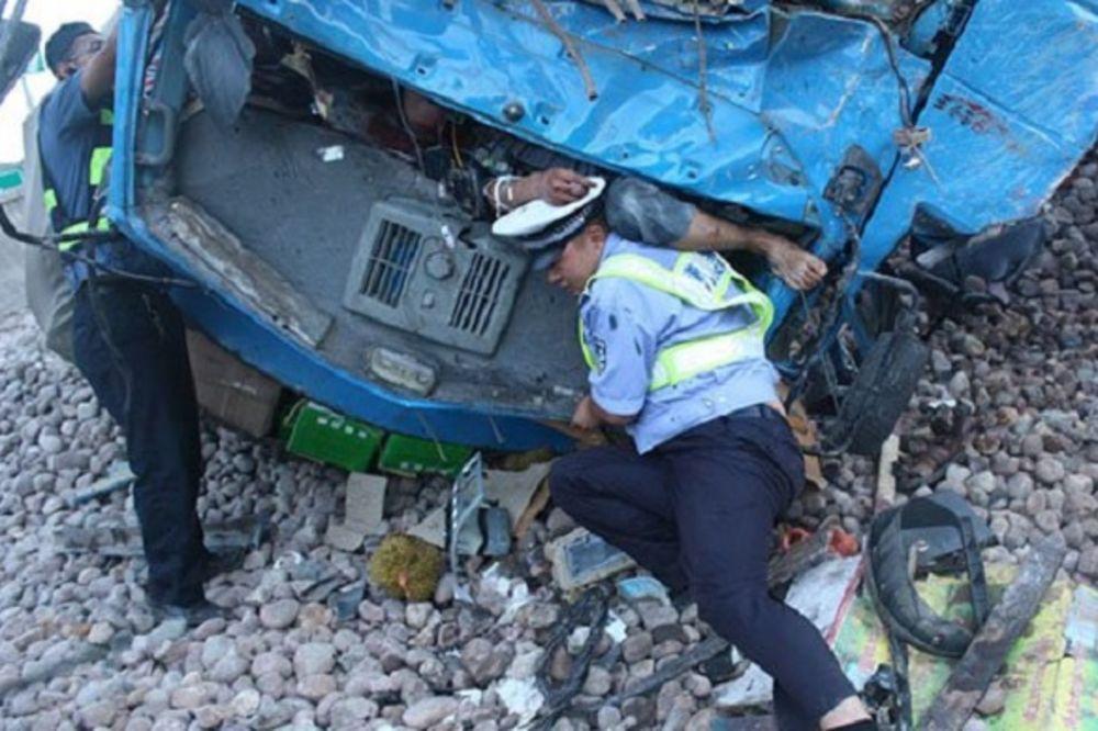 HEROJ NACIJE Policajac 3 sata telom držao muškarca zarobljenog u olupini kako bi mu ublažio bolove