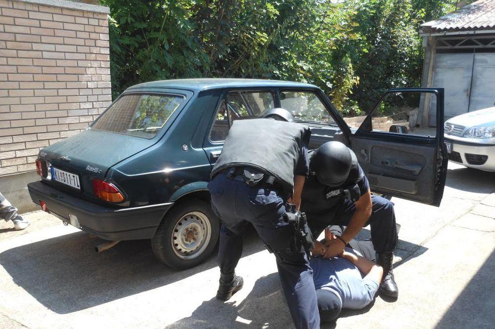 RUMUNI RADILI KOD STARCA PA GA OPLJAČKALI: Braća kriminalci uhapšeni na Horgošu!