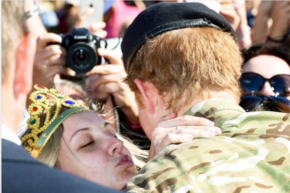 Samo da se uda za princa: Poljubila Harija u usta nakon tri prosidbe! (FOTO, VIDEO)