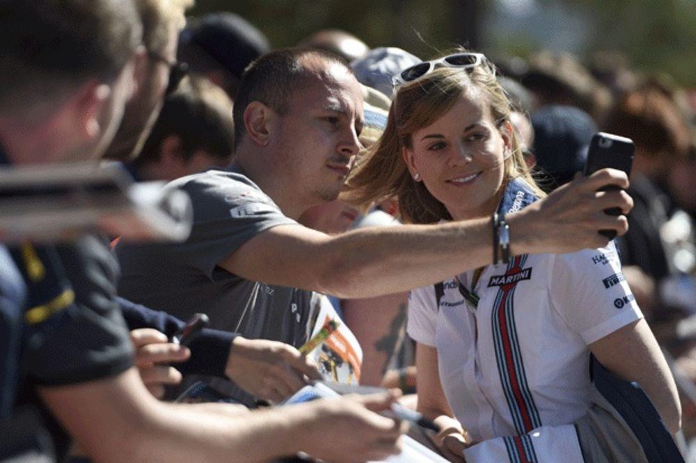(VIDEO) SENZACIJA U FORMULI 1: Britanska lepotica brža od dvojice svetskih šampiona