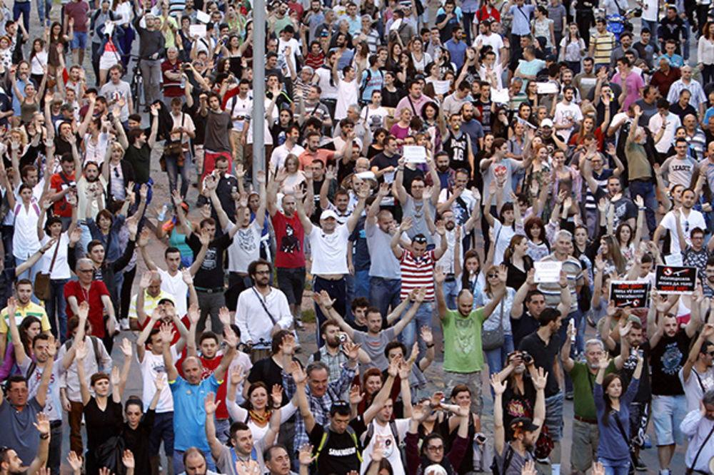 Građani i u subotu protestuju nedaleko od zgrade Vlade u Skoplju