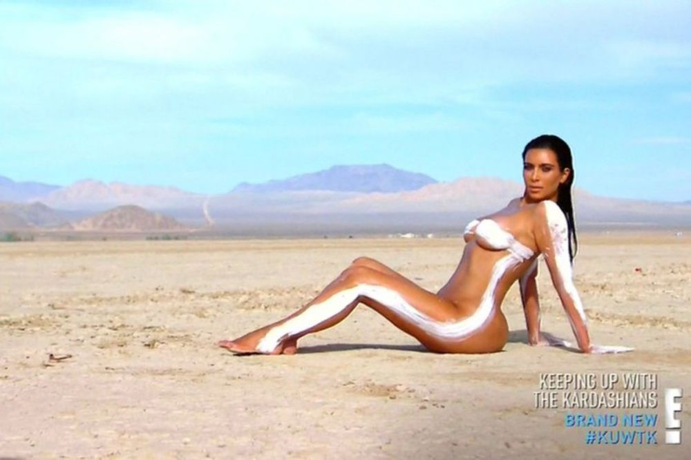 (FOTO 18 +) Kim Kardašijan ponovo gola, sad usred pustinje!