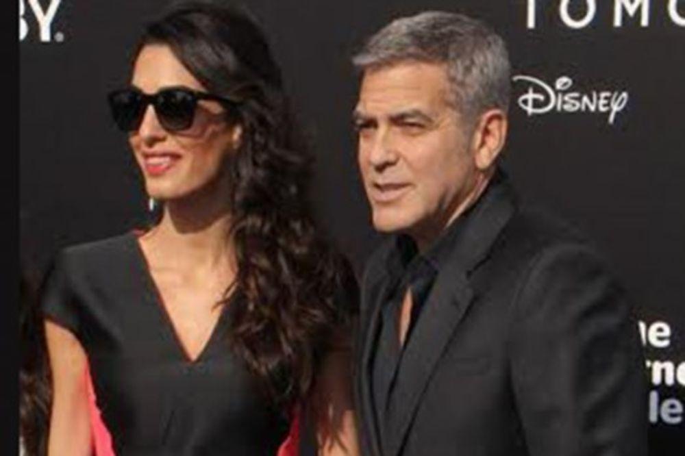 Glamurozna diva: Amal Kluni u color block kombinaciji s neobičnim karnerima