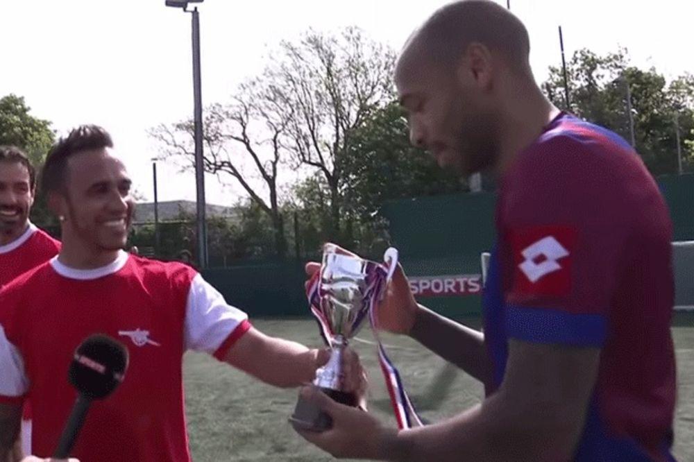 (VIDEO) I FUDBAL IGRA 200 NA SAT: Luis Hamilton ostvario san, obukao dres Arsenala