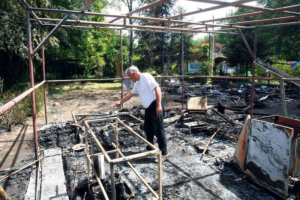 TRAGEDIJA: Zlatko je živ izgoreo u kamp kućici!