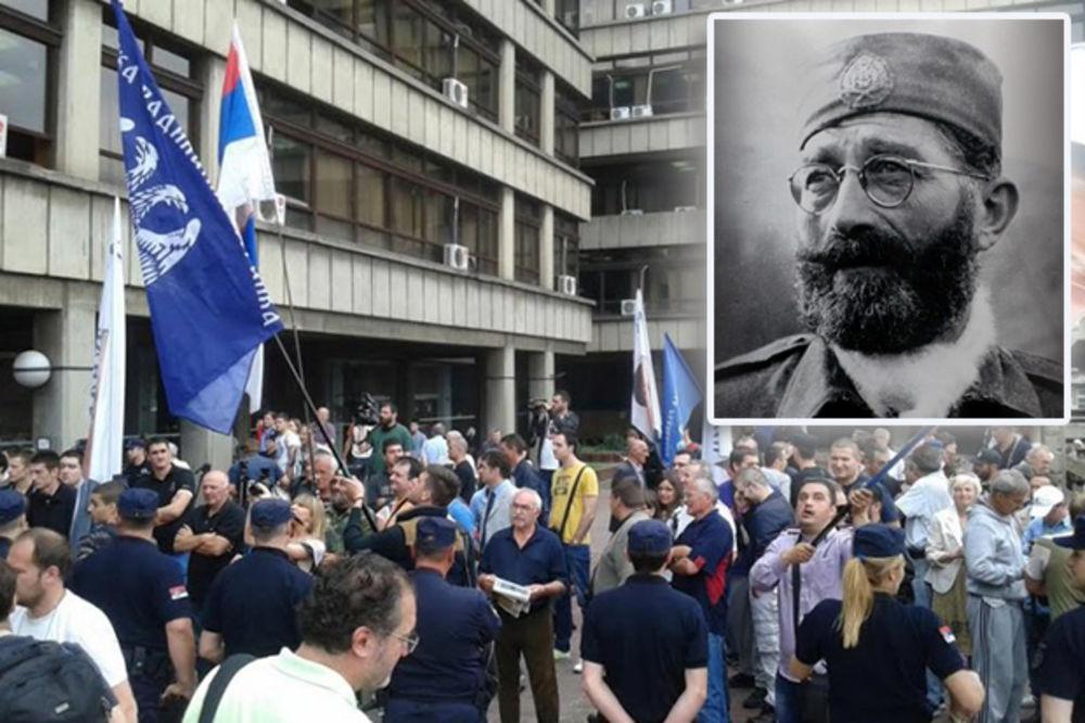 VIDEO ISTORIJSKA ODLUKA Rehabilitovan čiča Draža, sukob pristalica i protivnika ispred suda