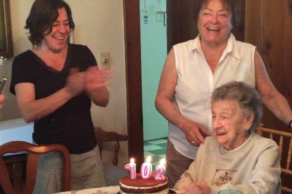 (VIDEO) URNEBESNO Bakica (102) gasila svećice na torti, ali se desilo nešto nepredviđeno