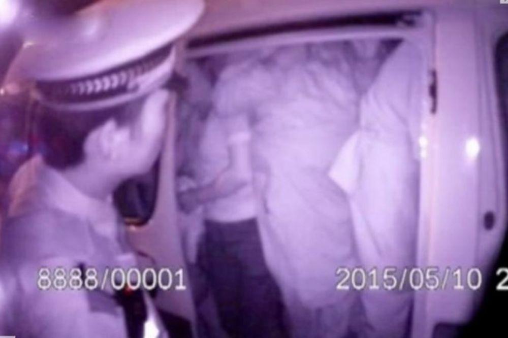 (VIDEO) POLICAJAC MISLIO DA MU SE PRIVIĐA: 51 Kinez u automobilu za šest osoba!