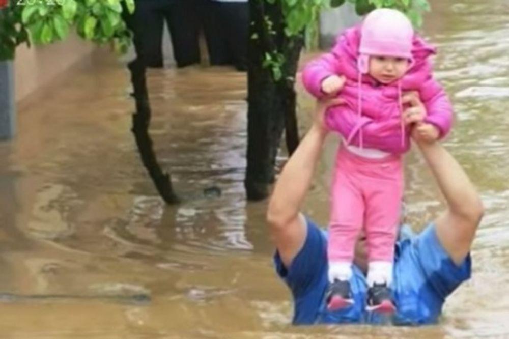 HEROJI POPLAVA Policajac Mirko: U vodi do grla samo sam molio Boga da ne ispustim malu Saru