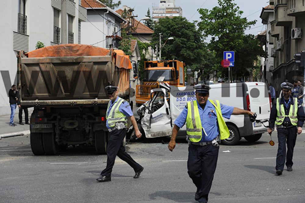 STRAVIČAN UDES U BG: Sudarili se kamion i pik ap, vatrogasci spasavaju povređene!