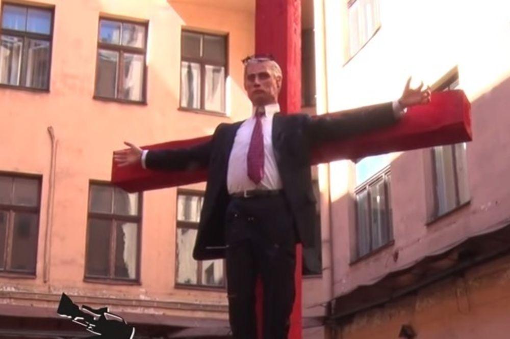 (VIDEO) VARVARSKI: Razapeli Putina na krst, pa zakucavali eksere u njega!
