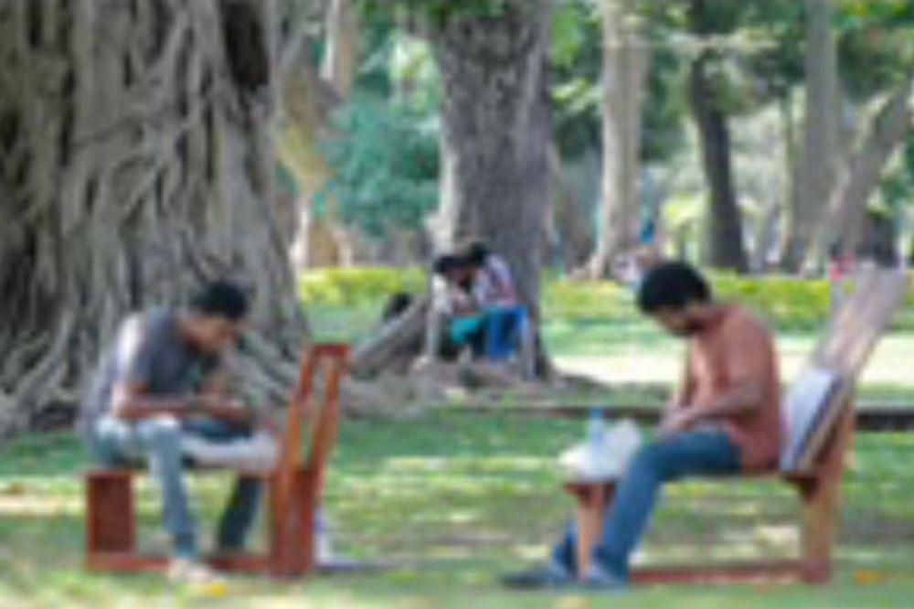 (VIDEO) UZAVRLE STRASTI: Imali seks usred dana u parku, majka ih preklinjala da stanu!