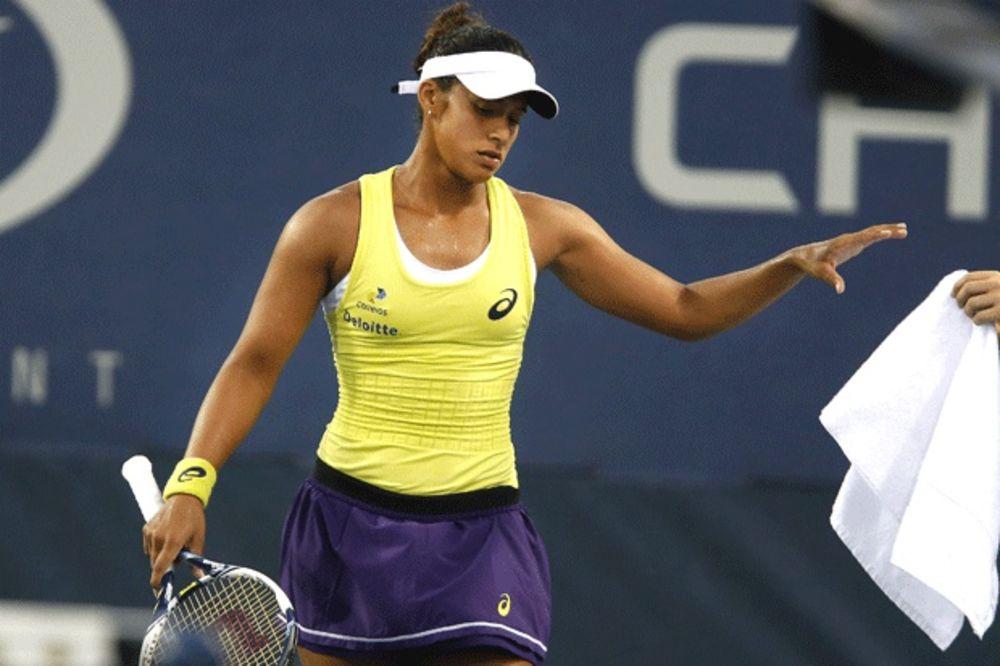 (VIDEO) NEVEROVATNO: Pogledajte kako je teniserka reketom gađala navijače