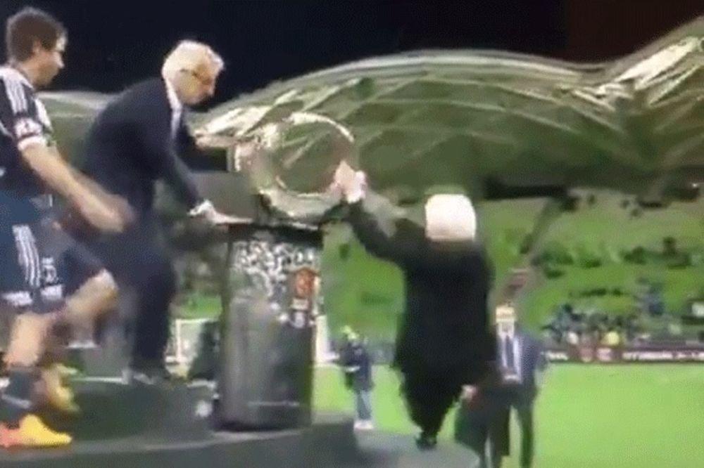 (VIDEO) URNEBESNO: Zvezdaši gledali kako 84-godišnji milijarder pada na glavu