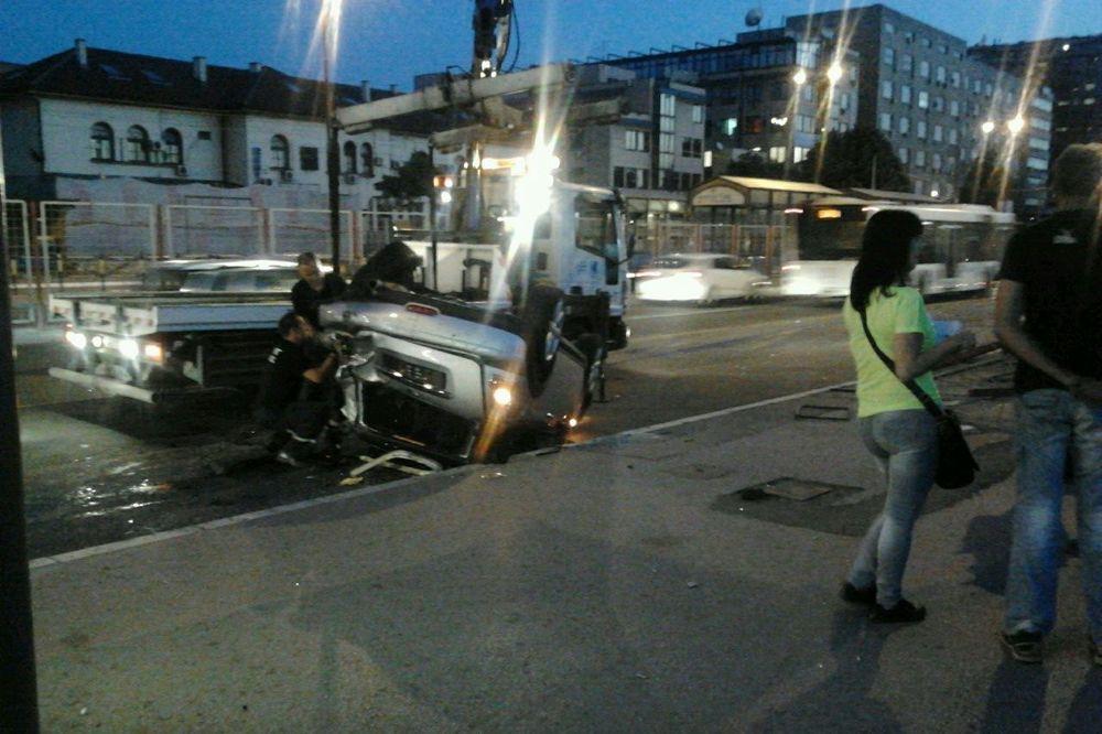 (FOTO) HAOS KOD SAJMA: Automobilom probio zaštitnu ogradu, udario u bus pa završio na krovu!