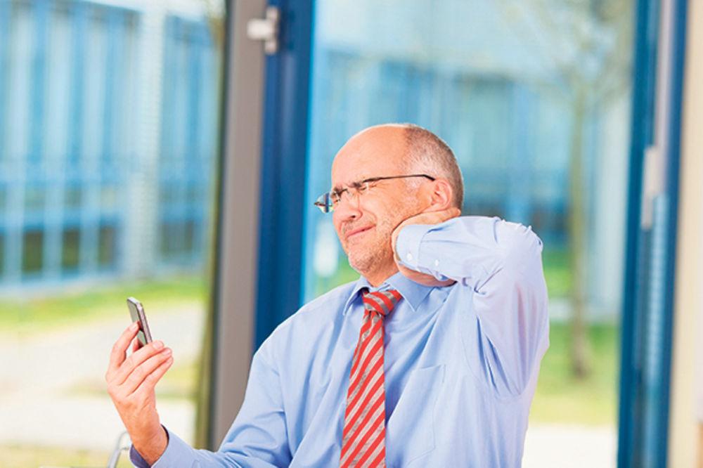 LOŠE NAVIKE: Za bol u vratu i loš vid kriv je mobilni telefon