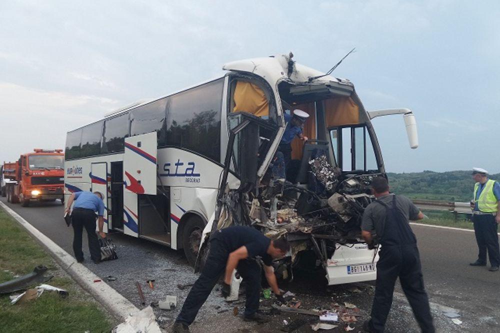 STRAVA NA AUTOPUTU: Sudarili se kamion i autobus, više povređenih putnika!