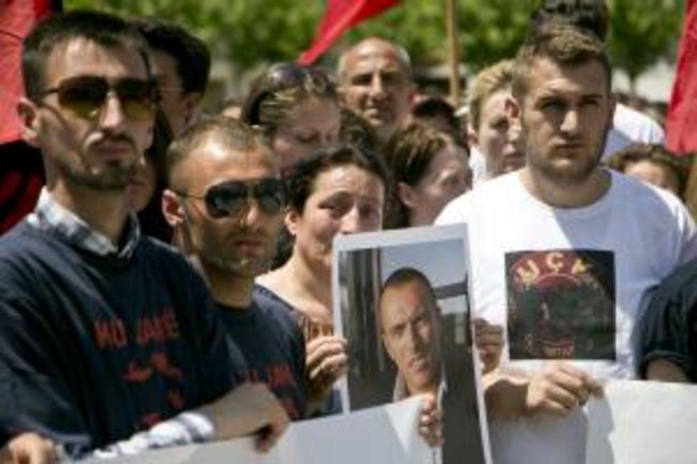 PROTEST U PRIŠTINI: Rođaci ubijenih terorista OVK traže da im Makedonija preda tela
