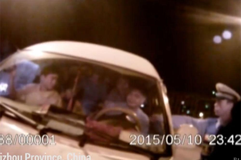(VIDEO) KAKO JE OVO MOGUĆE: Policajci otvorili vrata kombija i nisu mogli da veruju!