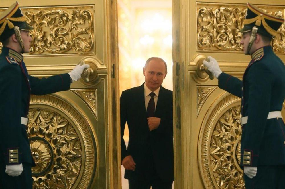 (VIDEO) PRETE MU SMRĆU ZBOG PUTINA: Austrijanac na Jutjubu objavio kako ruski predsednik mljacka!