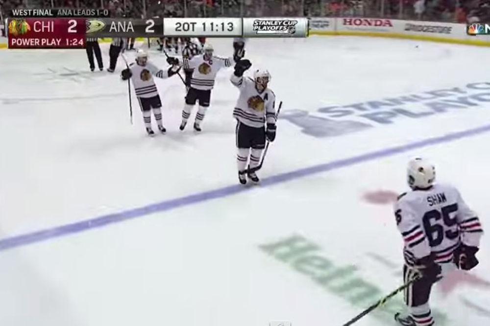 (VIDEO) SVAKA ČAST MAJSTORE: Hokejaš glavom postigao gol!