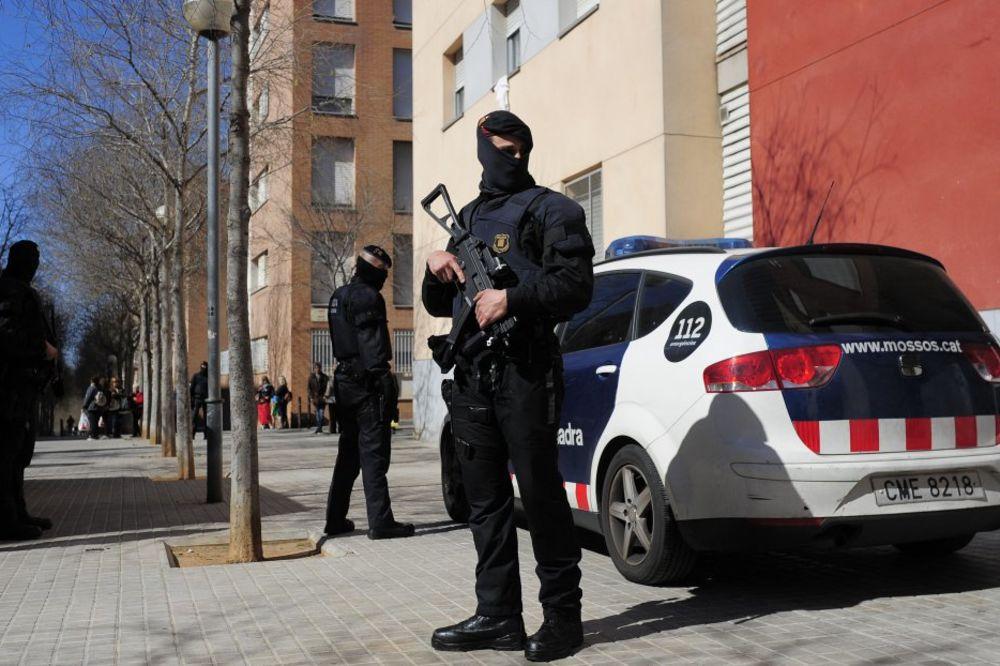 (VIDEO) PUBUNA MIGRANATA U MADRIDU: Popeli se na krov i viču SLOBODA