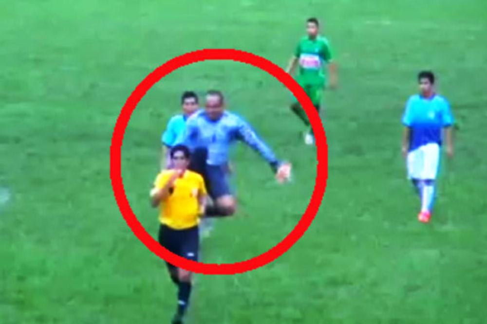 (VIDEO) NOGOM U LEĐA: Peruanski golman brutalnim kung fu potezom nokautirao sudiju