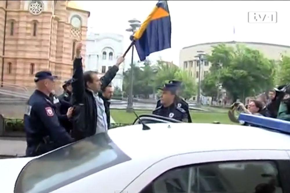 (VIDEO) UHAPŠEN BOŠNJAČKI POLITIČAR: Razvio ratnu zastavu Armije BiH ispred Skupštine Banjaluke!