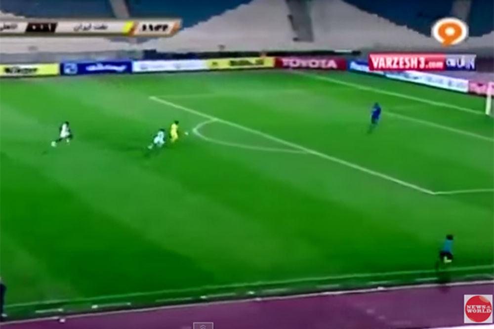 (VIDEO) OVO MORATE POGLEDATI: Golman rukom prebacio ceo teren i namestio gol!