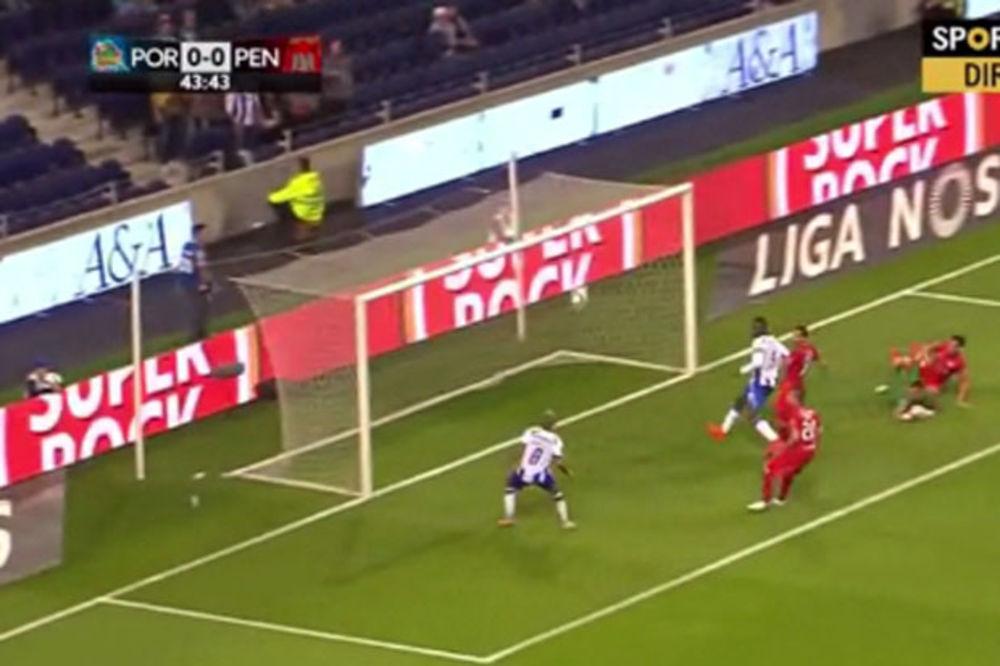 (VIDEO) LANSIRAO LOPTU PREKO PREČKE: Pogledajte kako je fudbaler Porta upropastio magičnu akciju
