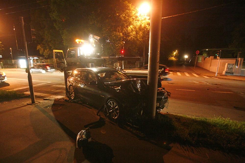 Auto udario u banderu, muškarac povređen