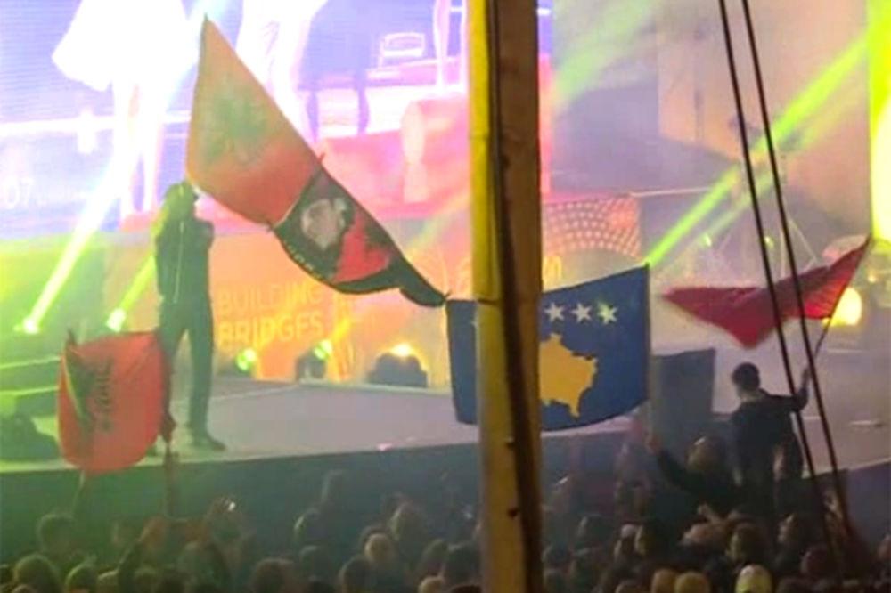 (VIDEO) SKANDAL NA BOJANINOM NASTUPU: Albanac skočio sa zastavom Albanije, obezbeđenje reagovalo!
