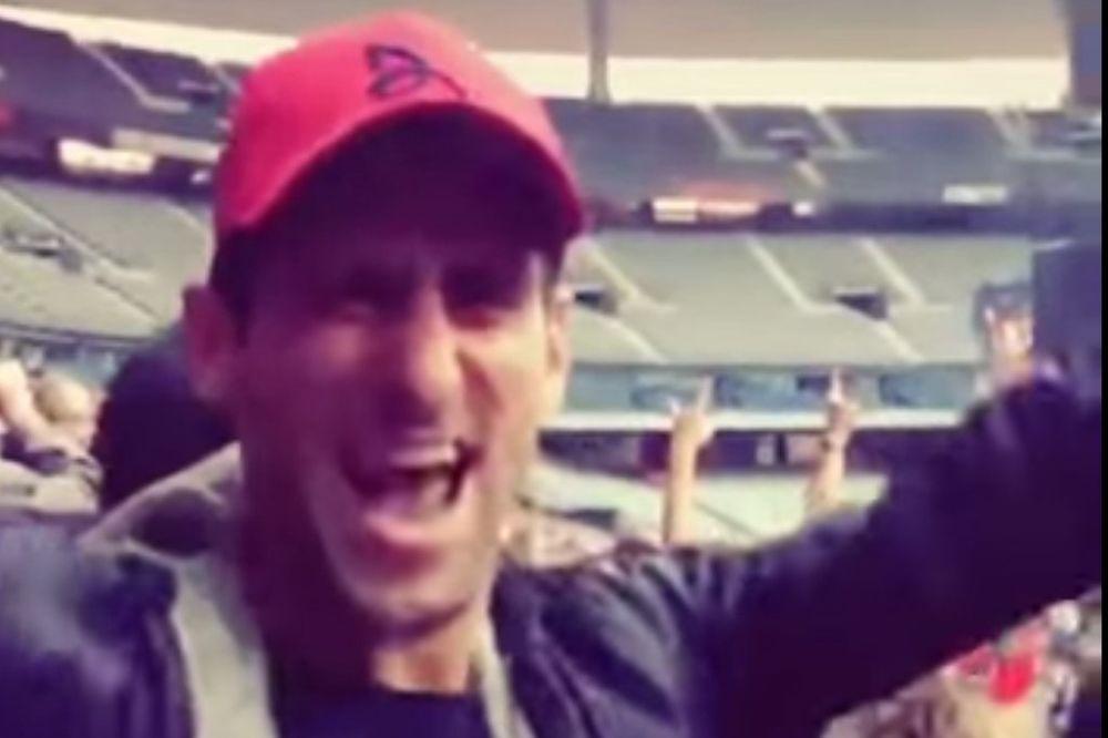 (VIDEO) KAD NOLE POLUDI: Uživao na koncertu grupe čiju je pesmu pevao