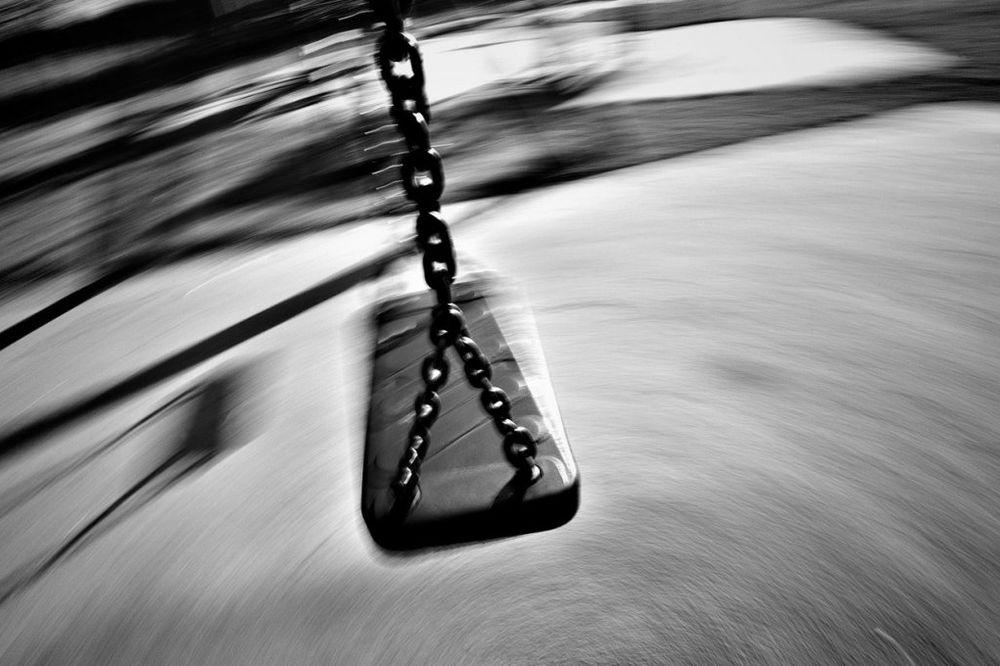 POLUDELA OD ŽALOSTI: Mrtvog sinčića (3) ljuljala u ljuljaški u parku