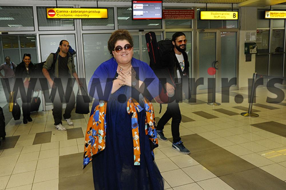 DOČEK NA AERODROMU: Bojana Stamenov sletela u Beograd!