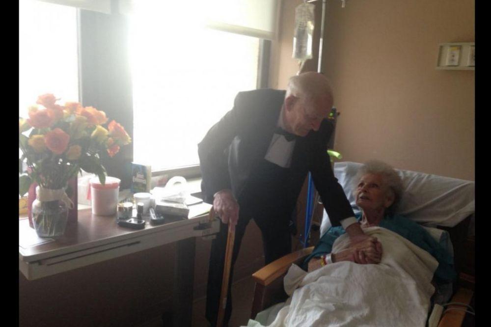 (FOTO) E, TAKO SE VOLI: Deka (98) u smokingu supruzi u bolnicu doneo cveće za 57. godišnjicu!