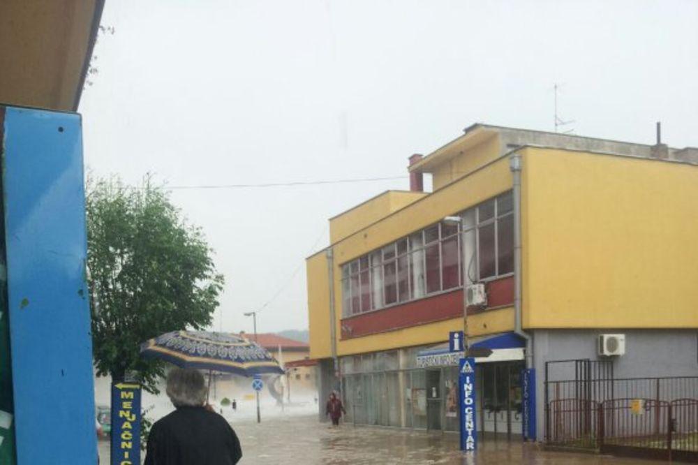 (KURIR TV) GOLUBAC, DAN POSLE NEVREMENA: Čiste ulice od blata, izvlače vodu iz podruma